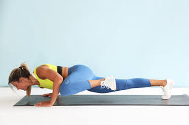 woman doing mountain climbers for her lower abs