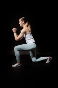 woman doing curtsy lunges for her inner thigh